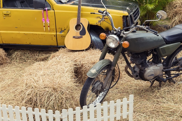 田んぼでオートバイやトラックの装飾