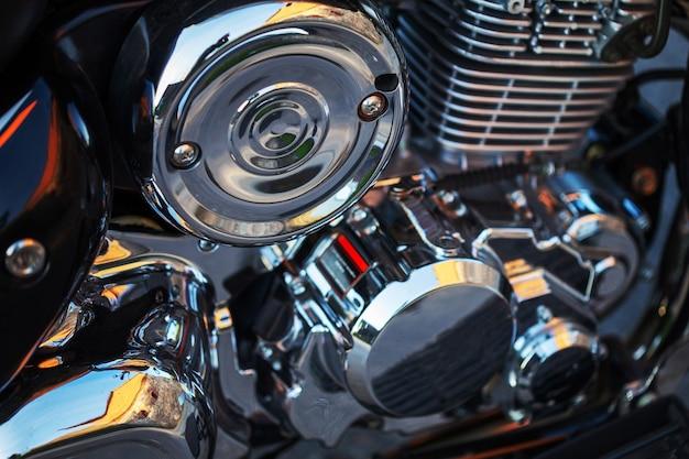 オートバイのクローズアップ。美しいクロームのディテール。青みがかった