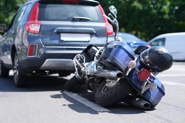 오토바이가 차량 뒤쪽에 충돌했습니다.