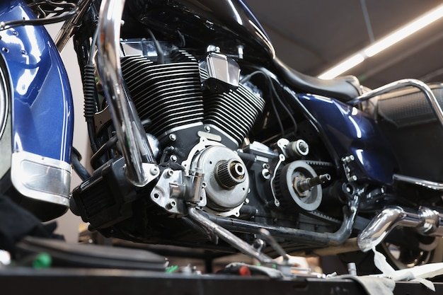 자동차 작업장 오토바이 유지 보수 개념의 스탠드에 오토바이 엔진