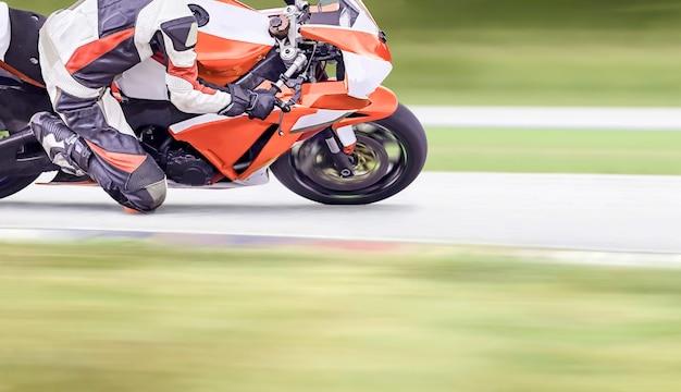 Мотоцикл въезжает в быстрый поворот на шоссе