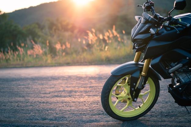道路上のオートバイの駐車場、夕日の光とビンテージスタイル、個々のテキストのコピー仕様、バイクウィット自然風景