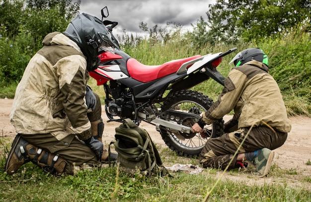 道路上のオートバイの修理