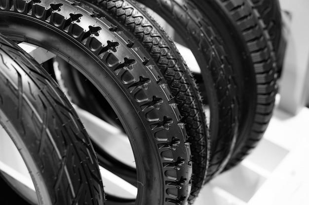 オートバイのタイヤは車輪の外側の部分です。