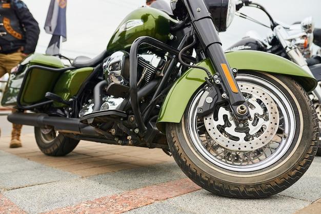 도시 광장에 연속으로 오토바이