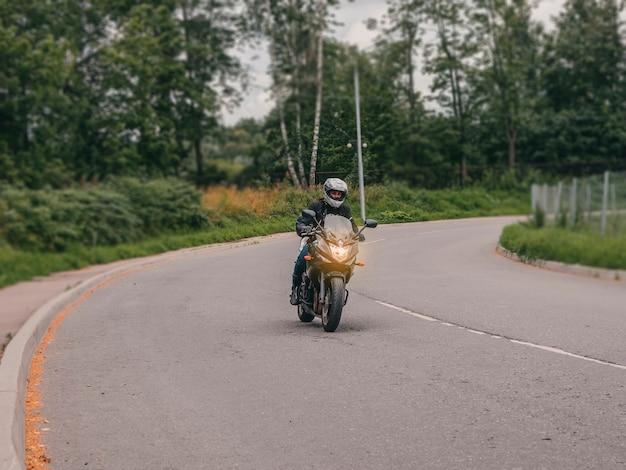 道路のベンドのモーターサイクリスト