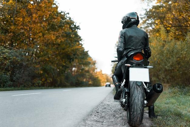 Мотоциклист на обочине дороги