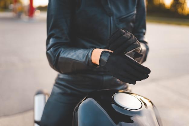 Мотоциклист в перчатках
