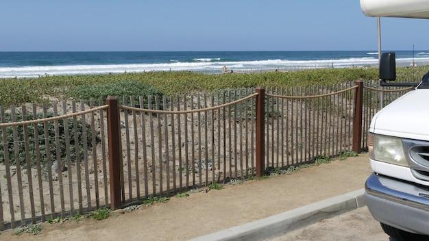 Дом на колесах трейлер, караван, морской пляж, калифорния, путешествие по побережью сша. дом на колесах, дом на колесах