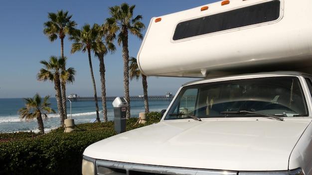 Автодом прицеп или караван для поездки. пляж океана калифорния сша. автофургон, дом на колесах на колесах.