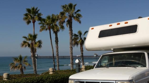 Автодом прицеп или караван для поездки. океанский пляж, калифорния, сша. кемпер-фургон, дом на колесах на колесах.