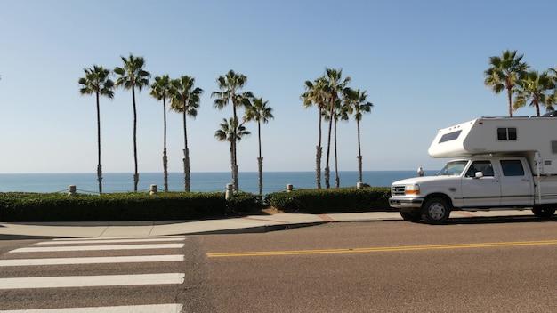 Автодом прицеп или караван для поездки. пляж океана пальмовых деревьев, калифорния сша. автофургон, фургон, фургон