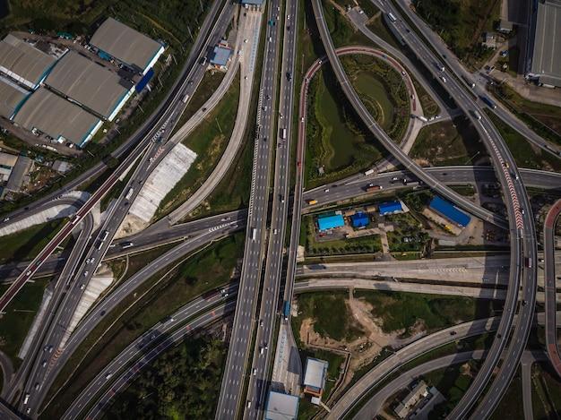 高速道路と高速道路とリング業界のトップアイビューfrome無人機