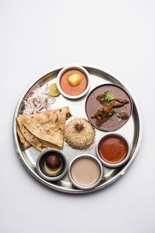 Моттон тали или гошт, блюдо из баранины - это индийское азиатское не вегетарианское меню на обед или ужин, состоящее из мяса, яичного карри с чапати, риса, салата и сладкого гулаб джамун