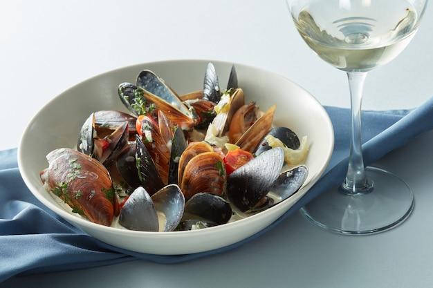 ムール貝と白ワインをテーブルに置いたムール貝