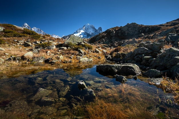 フランス、シャモニーの水面に映るモンブラン山塊のエギュイユベルト山
