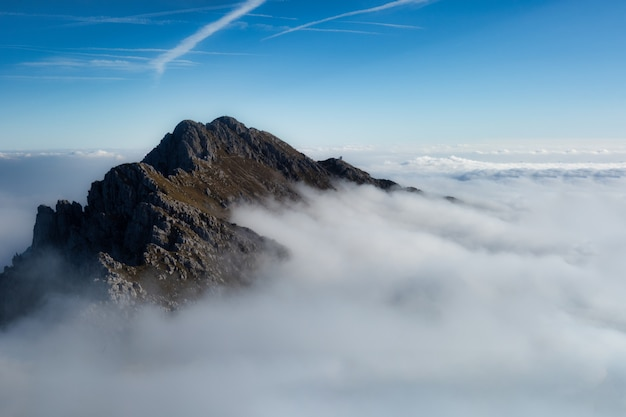 Гора албен в орбиских альпах над морем облаков