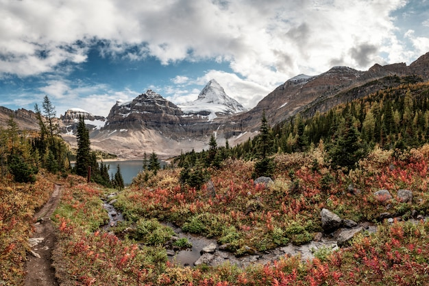 Гора ассинибойн с озером магог