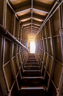 イスラエルのmount bentalのバンカーの内側からの光を見上げる