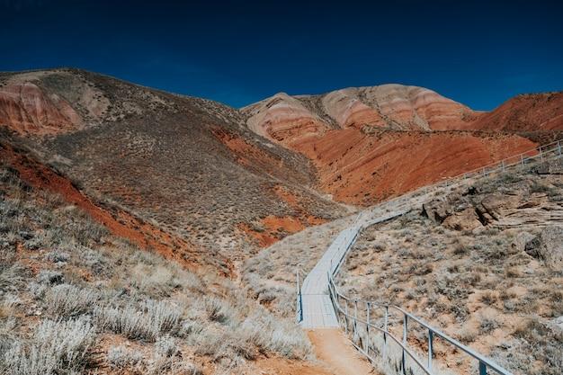 Bogdo 산. 붉은 산의 풍경입니다. 예약 사진. 산에있는 사다리.