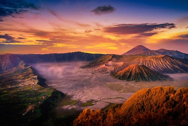 Вулкан горы бромо (gunung bromo) на восходе солнца с красочным небом