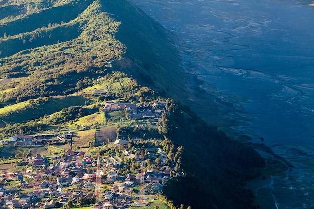 インドネシア、東ジャワのペナンジャカン山から見た日の出時のブロモ山火山(グヌンブロモ)。