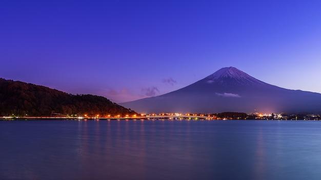 Гора фудзи на озере кавагутико ранней ночью.