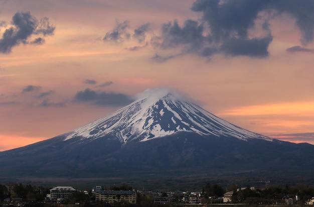 Гора фудзи с видом на озеро кавагутико