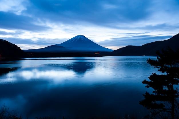 日の出の河口湖にある富士山。