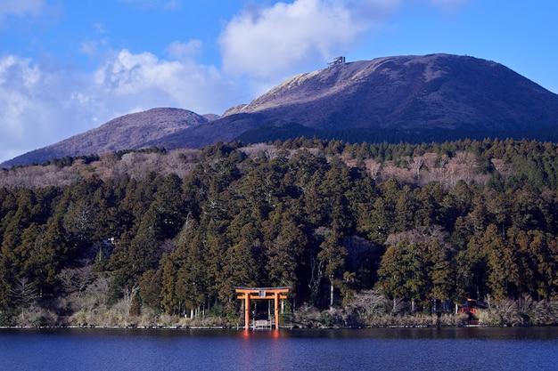 箱根の芦ノ湖と富士山。