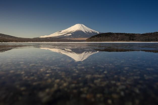 山中湖での反射を伴う富士山