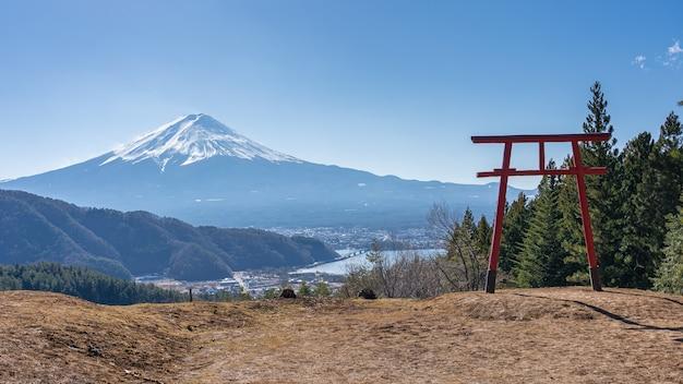 日本の河口湖にある鳥居のある富士山。