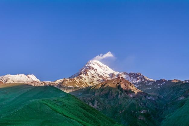 Гора казбек под облаком