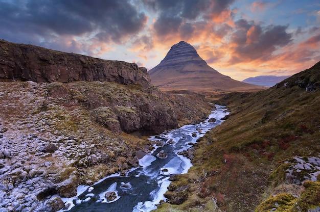 マウントkirkjufellアイスランド。日没時のアイスランド風景の冷たいパノラマ。
