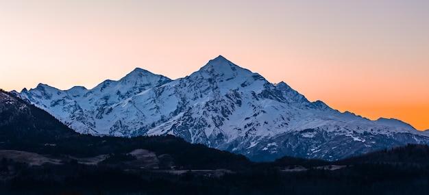テトヌルディ山は、スヴァネティ上部のグレートコーカサス山脈の上にそびえています。ジョージア。旅行