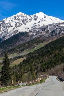 テトヌルディ山はスヴァネティ上部のグレートコーカサス山脈の上にそびえています