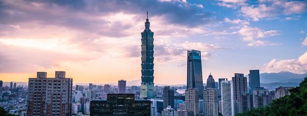 台北の街並みのパノラマの到着ビューと日没の夕暮れの象山(mountain山)からの台北101の眺め