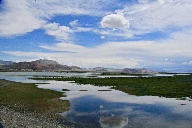 푸른 하늘과 함께 낮에는 산과 호수