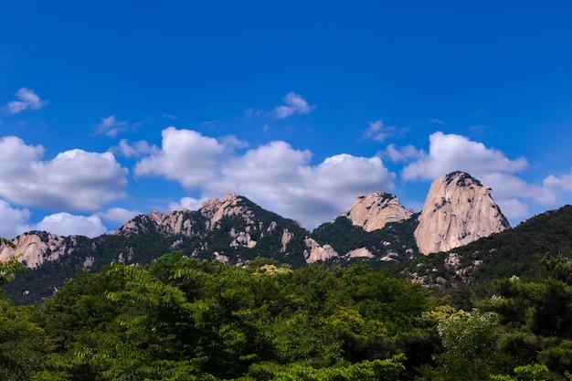 한국 서울의 북한산 국립 공원에서 산과 푸른 하늘
