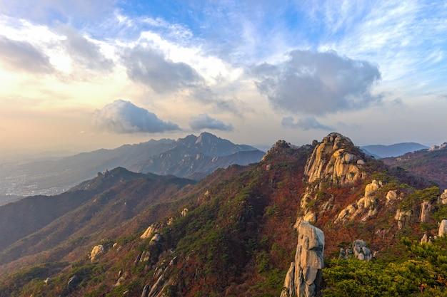 Гора и облако с bluesky на горе добонсан в сеуле, южная корея