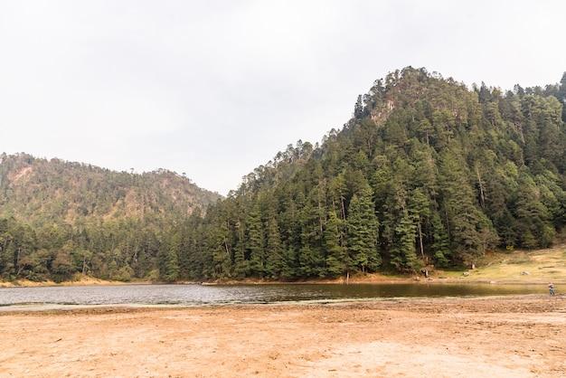 Гора и озеро пасмурный день