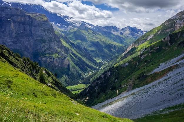 Пейзаж гор и пастбищ в pralognan la vanoise. французские альпы