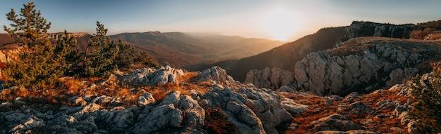 日の出の早朝の山の秋の風景