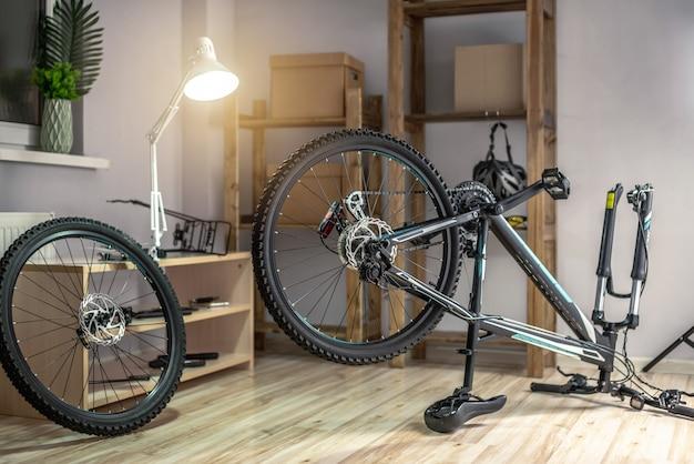 작업장에서 바퀴가 제거된 산악 자전거. 새 시즌을 위한 수리, 유지 관리 및 준비의 개념