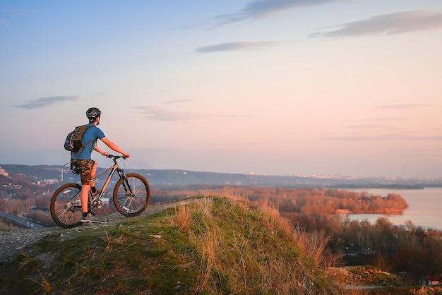 Горный велосипед. велосипедист на вершине.