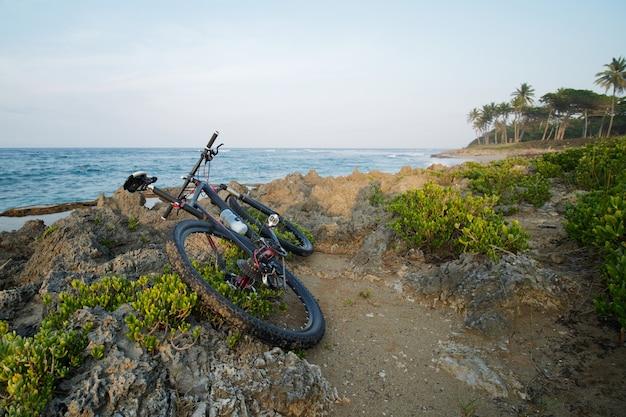 푸른 하늘과 바다 해안에 산악 자전거입니다. 서핑 해변.
