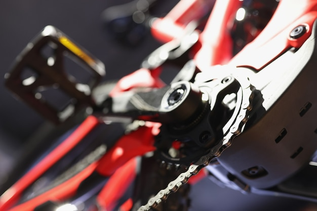 マウンテンバイクペダルとバイクチェーンの底面図スポーツバイクパーツのコンセプト