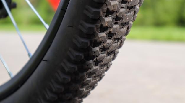산악 자전거 바퀴와 진흙 타이어 닫기