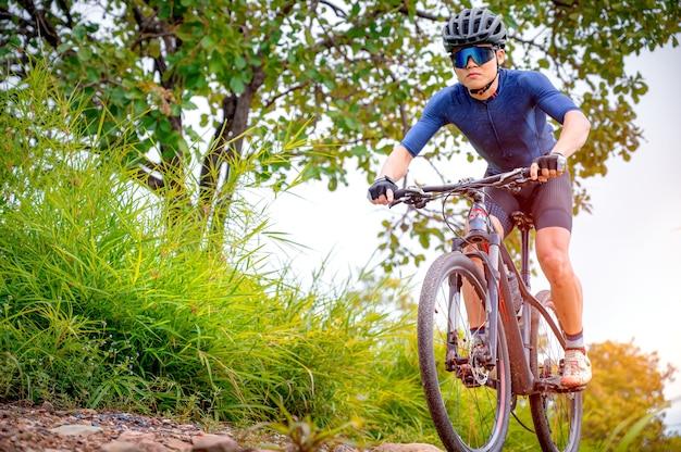 산악 자전거 타는 사람들은 mtb, 산악 자전거를 타고 극한까지 내리막을 내려갑니다. 아시아 남자는 mtb, 산악 자전거를 타고 극한까지 갑니다. 익스트림 스포츠와 mtb, 산악 자전거 컨셉입니다.