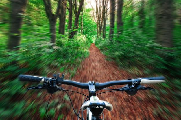 Горный велосипед вниз по склону быстро спускается на велосипеде.